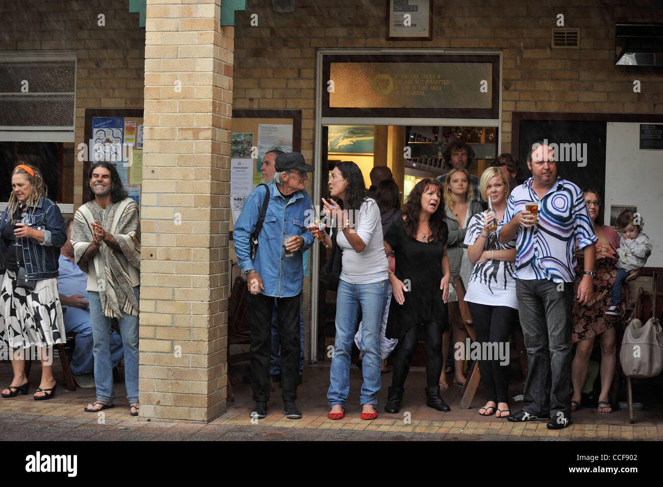 Les gens écoutent de la musique lors d'une forte averse de pluie à l'hôtel Brunswick Heads Photo Stock