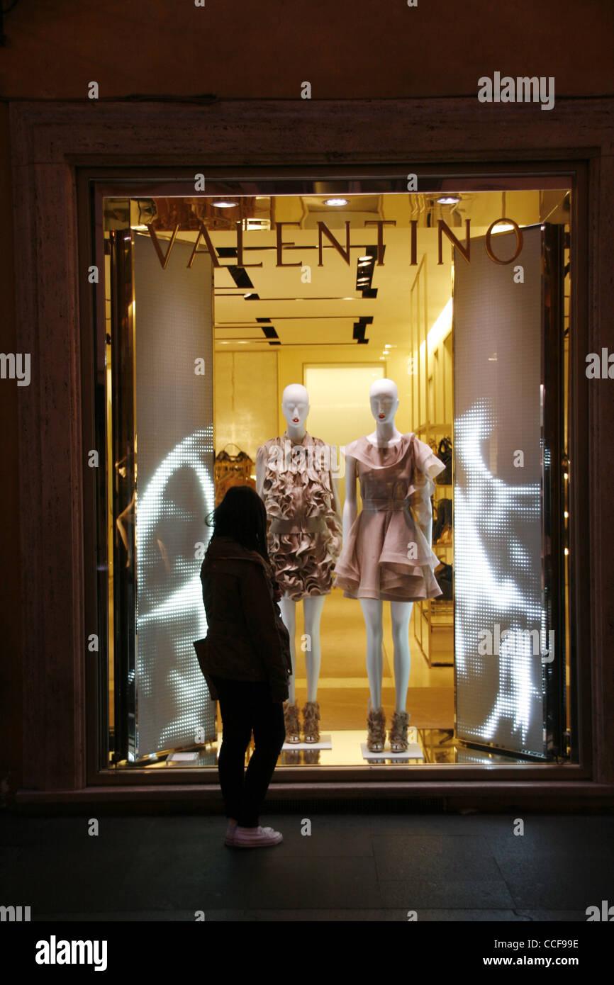 ae9a76b4ae8 Valentino boutique fenêtre sur la rue Via Condotti à Rome Italie pendant la  nuit Photo Stock
