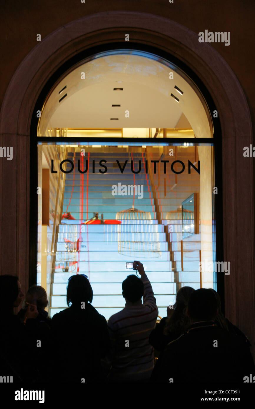 4e71e180022 Louis Vuitton shop fenêtre sur la rue Via Condotti à Rome Italie pendant la  nuit Photo