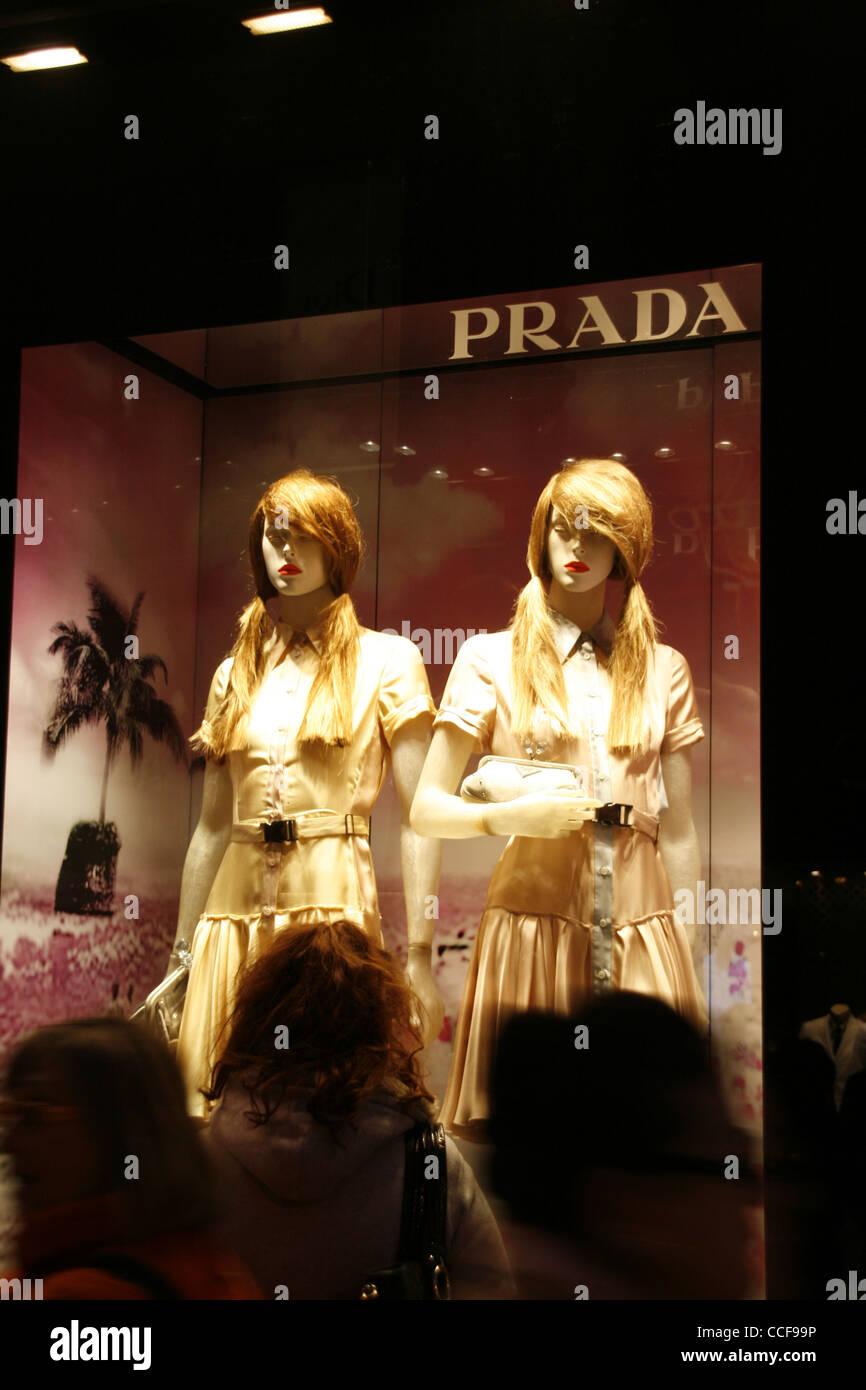 f2b33649384 Boutique prada fenêtre sur la rue Via Condotti à Rome Italie pendant la  nuit Photo Stock