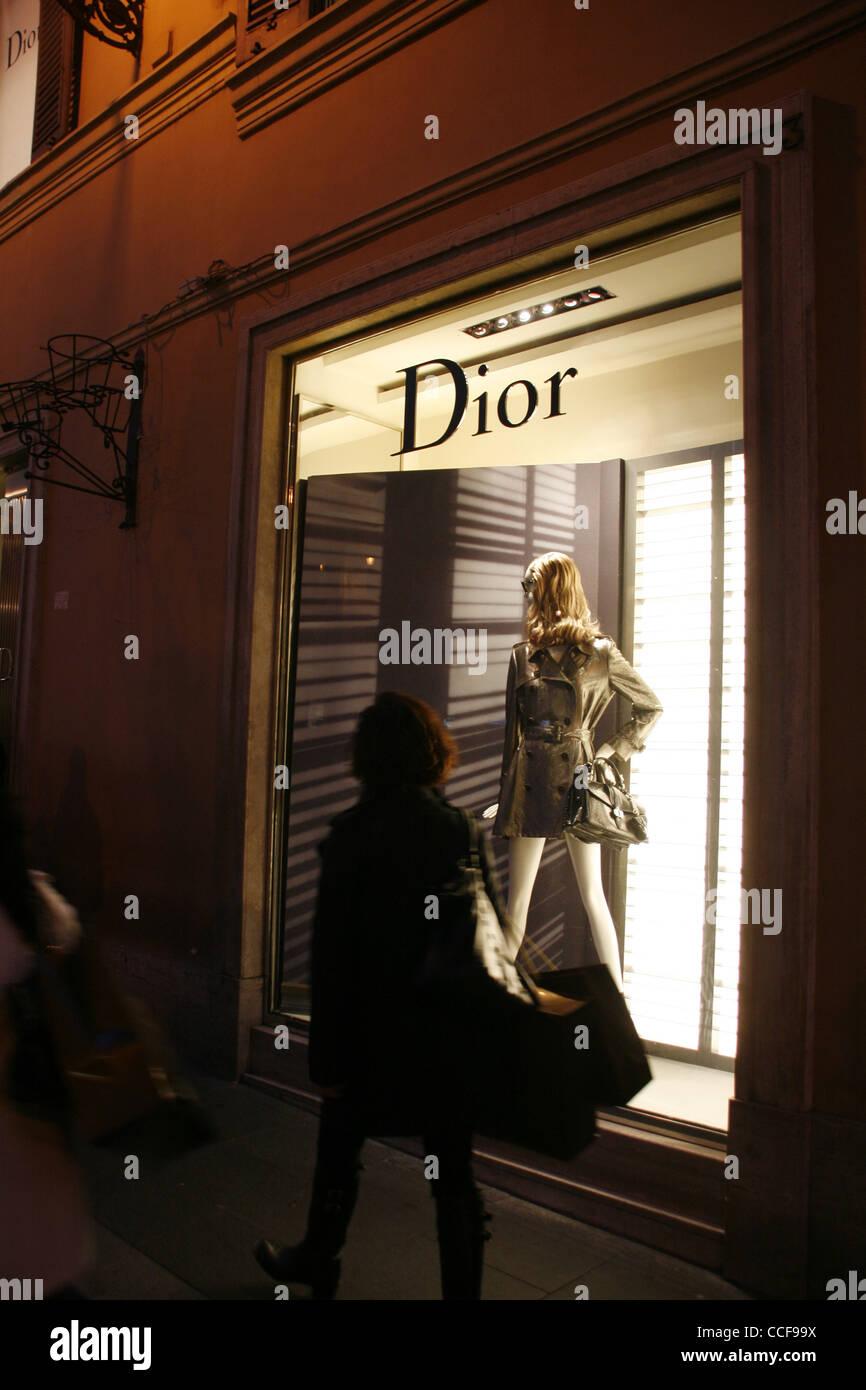 0b30e1c5396 Boutique dior fenêtre sur la rue Via Condotti à Rome Italie pendant la nuit  Photo Stock