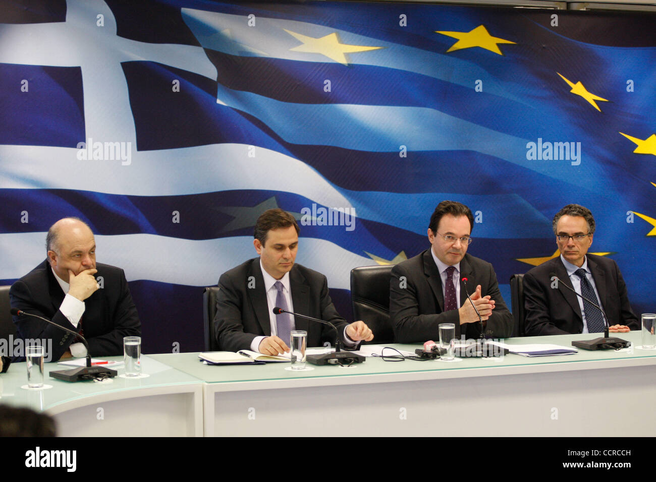 20 avril 2010 - Athènes, Grèce - Ministre grec des Finances GEORGE PAPAKONSTANTINOU et son personnel. Un jour avant la délibération du Ministre grec des Finances et son personnel avec les délégués de l'Union européenne, la Banque centrale européenne et I.M.F. il donne une conférence de presse sur le polici Banque D'Images
