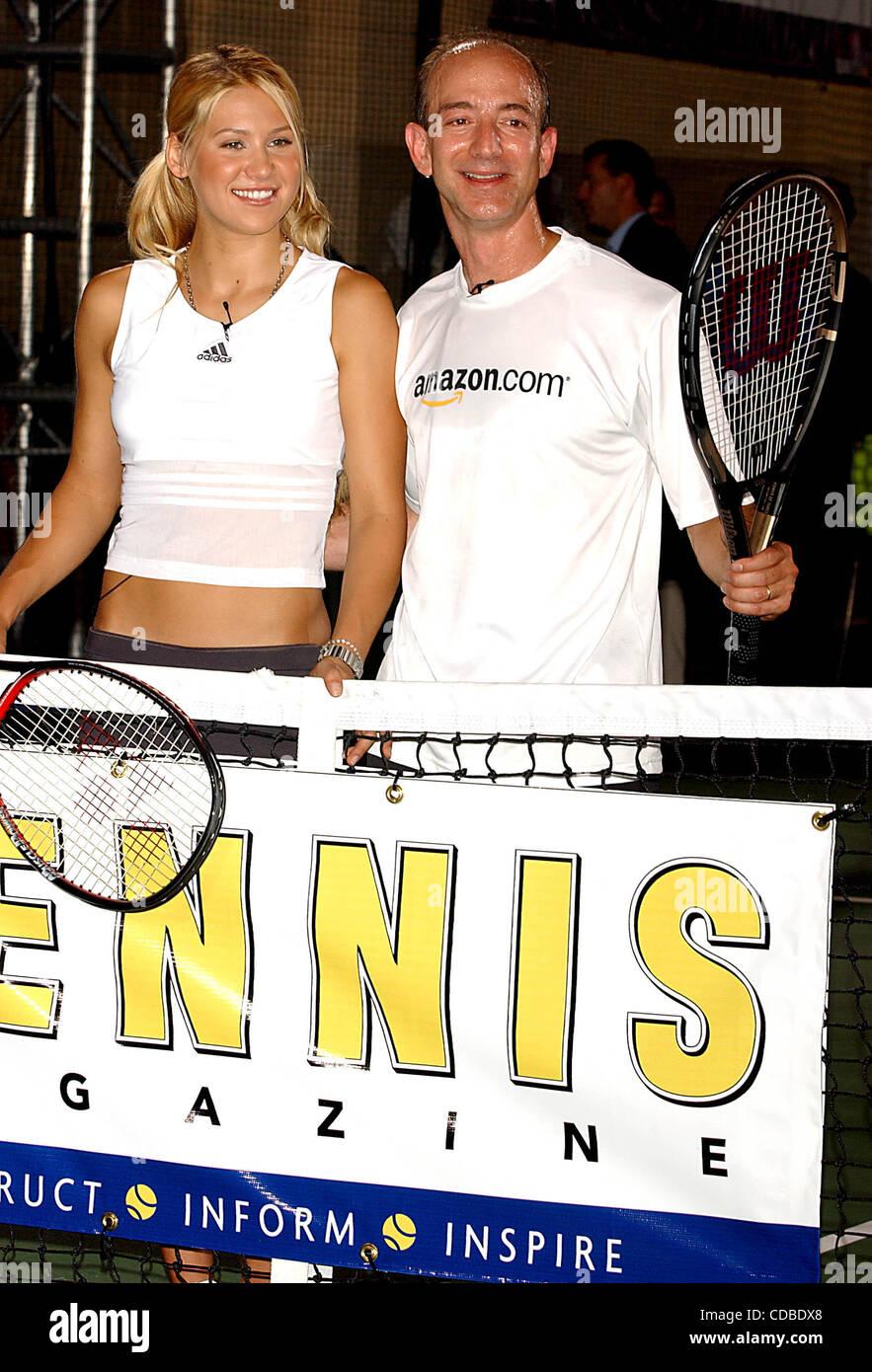 K32368AR.Anna Kournikova et Jeff Bezos (SUR AMAZON.COM) .INTRODUIRE LE NOUVEAU ANNA Soutien-gorge de sport, .''SHOCK AMORTISSEUR''.AT TENNIS MAGAZINE'S GRAND SLAM; .TOUS LES JOURS DU FESTIVAL QUI A EU LIEU À .TENNIS GRAND CENTRAL TERMINAL'S VANDERBILT HALL À NEW YORK New York. 8/22/2003 .. / 2003 Crédit: Image(© Andrea Renault Banque D'Images