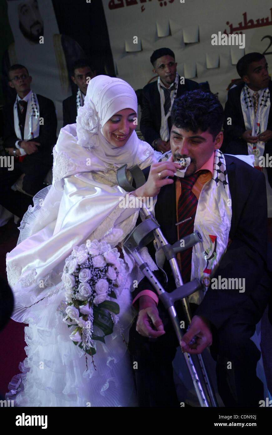 Les mariés palestiniens participent à une cérémonie de