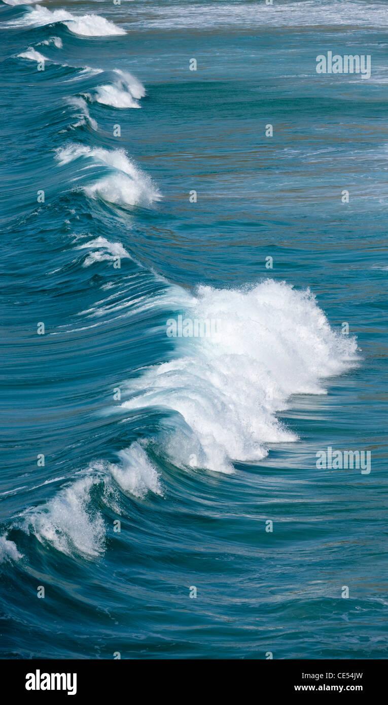 La rupture de l'onde de l'Atlantique au large des côtes ouest de la Cornouailles, Angleterre. Photo Stock