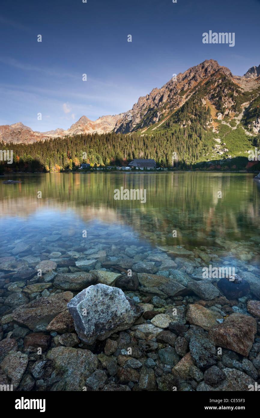 Popradske Pleso lac dans les Hautes Tatras de Slovaquie, de l'Europe. L'automne (octobre) 2011. Photo Stock