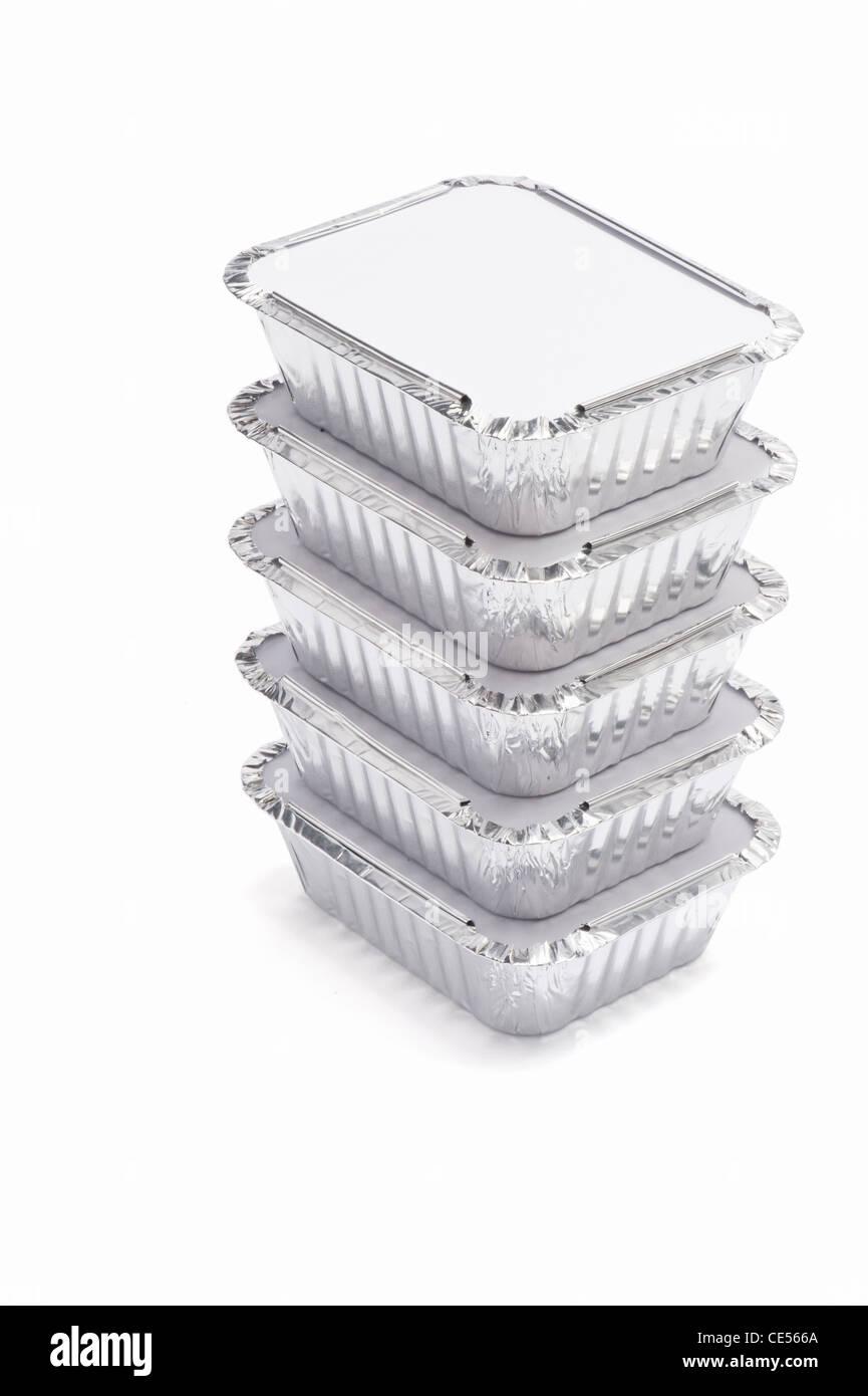 Une pile de papier aluminium contenants alimentaires Photo Stock
