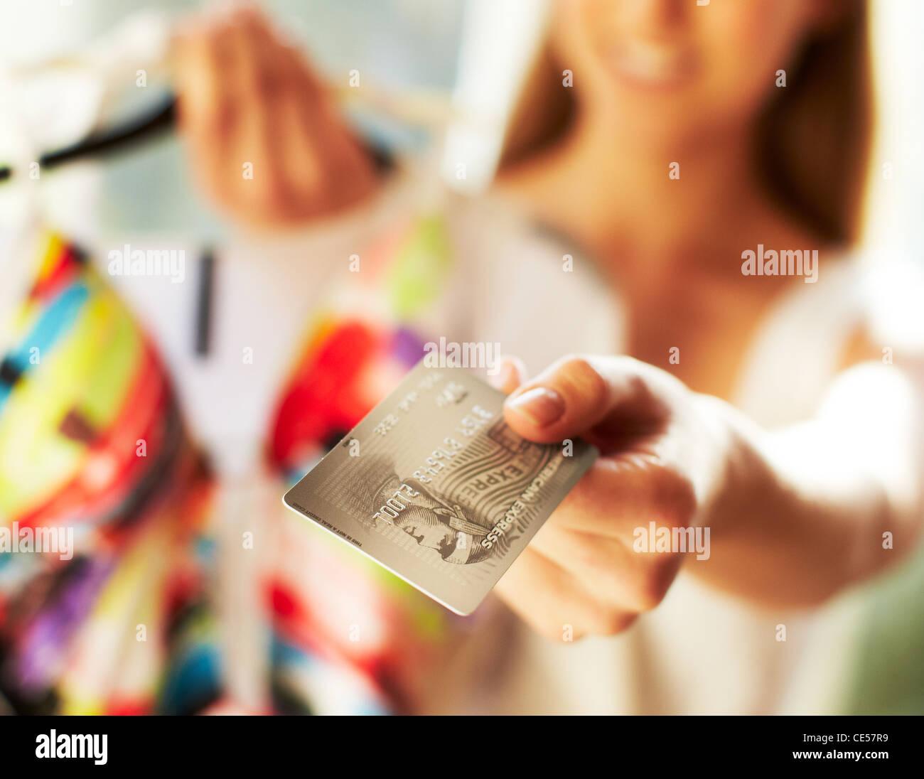 Femme de payer pour les marchandises Photo Stock