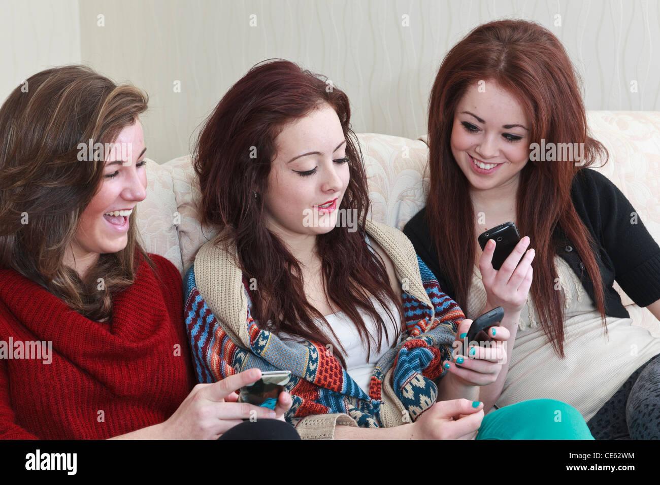 La génération z trois amis adolescente âgée de 15 ans ayant un rire regarder des photos sur Photo Stock