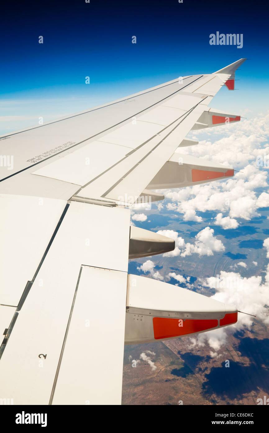 Voir l'aile d'avion de jet au-dessus des nuages. Photo Stock