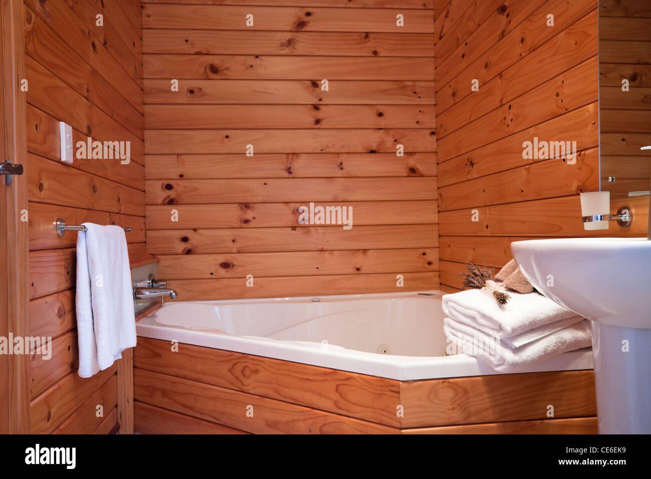 Salle de bains en bois en intérieur appartement chalet de montagne ...