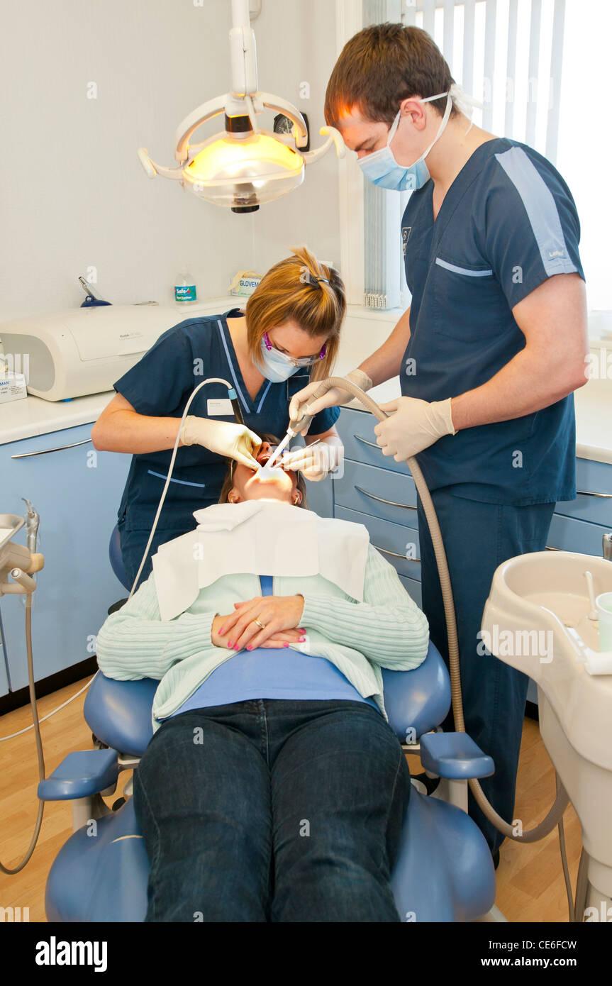 Nettoyer les dents les hygiénistes dentaires dentiste hygiène propre président contrôle check Photo Stock