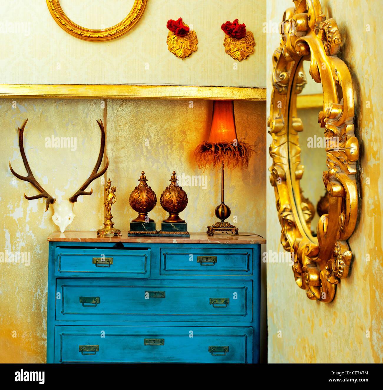 Grunge vintage chambre baroque avec tiroirs et miroir d'or bleu Photo Stock