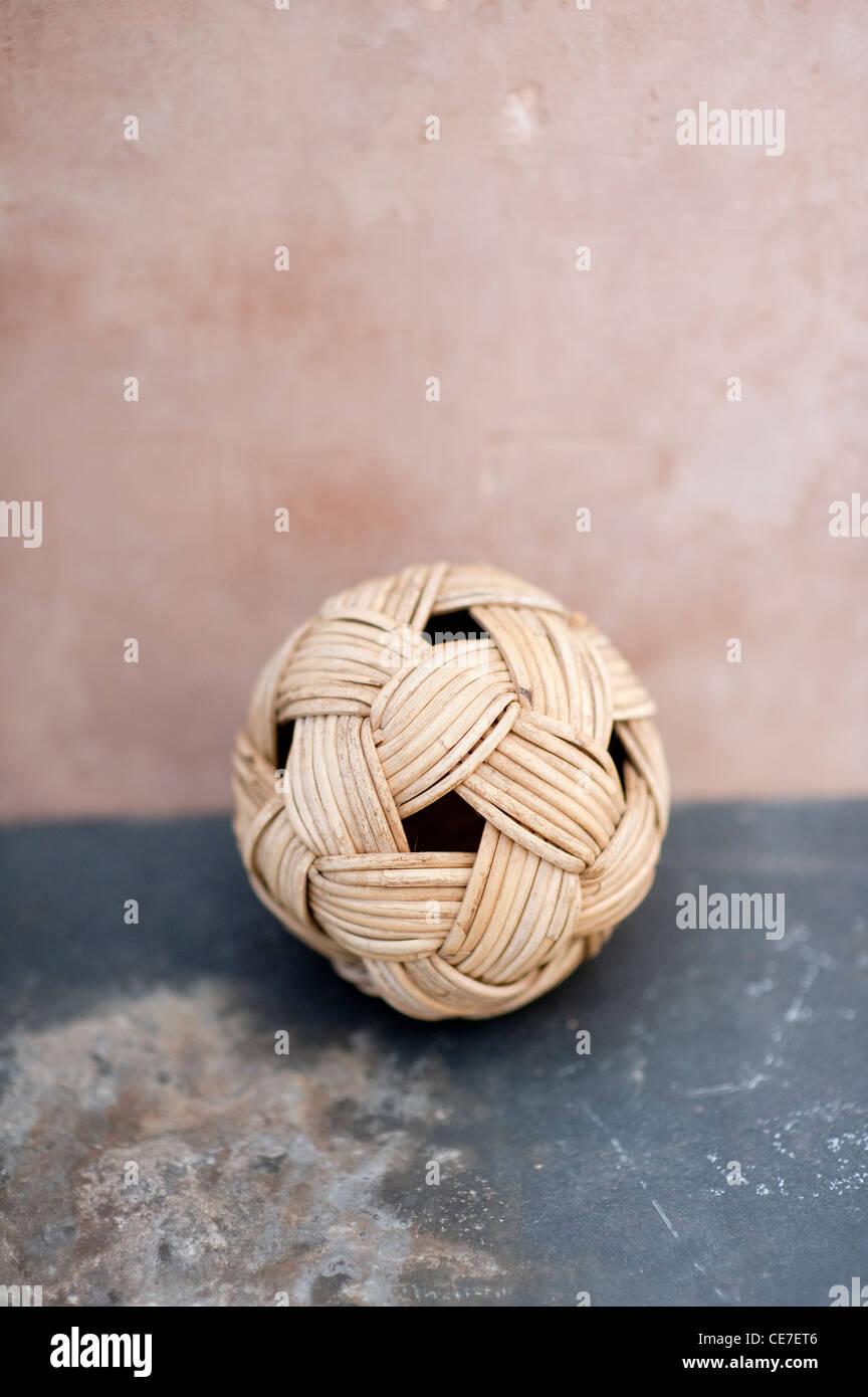 Balle de fibres organiques tissés à temps les surfaces usées. Photo Stock
