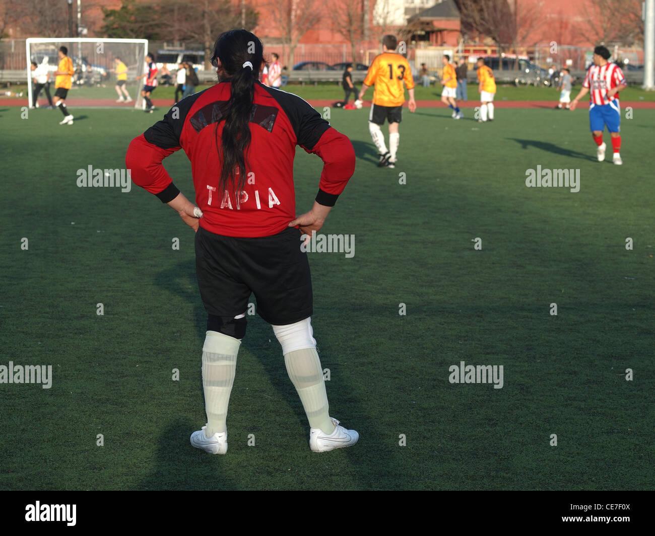 Gardien de but jeu de foot amateur, McCarren Park, Brooklyn, New York fe3fc62c10d