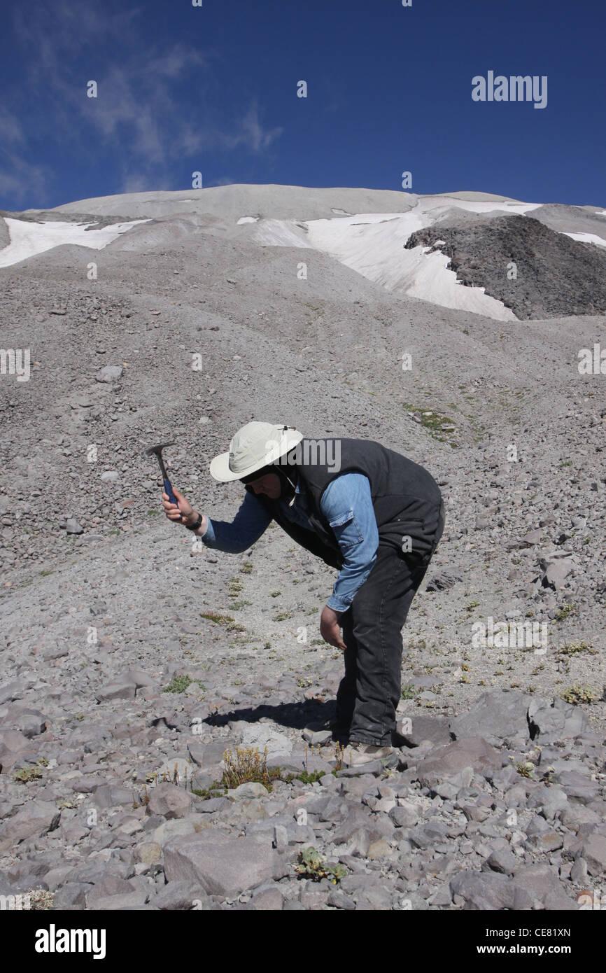 Étude géologue lave frêne à l'extérieur du cratère du volcan Mont St Helens National Photo Stock