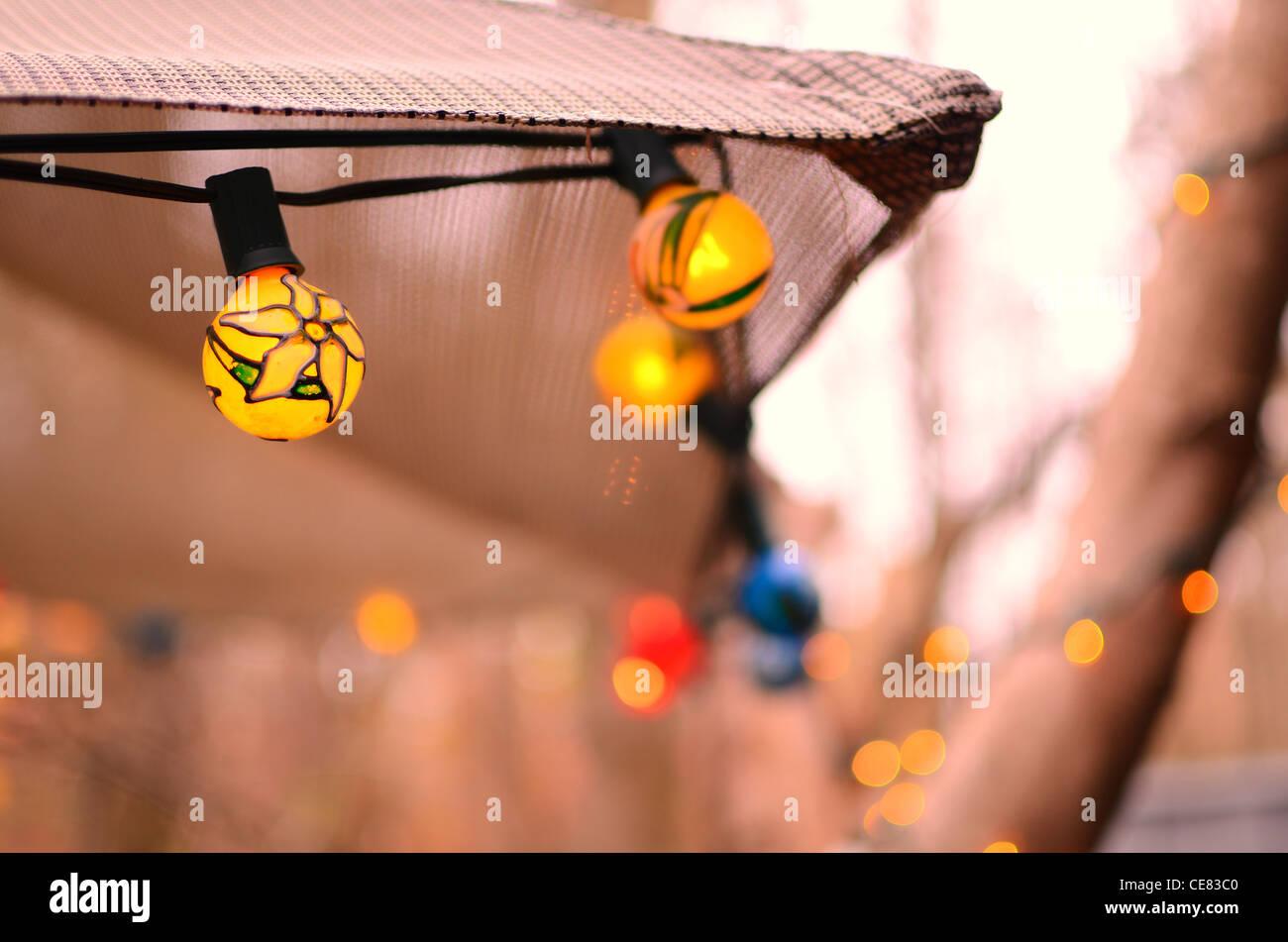 Lumières de chaîne sur un parasol de terrasse Photo Stock
