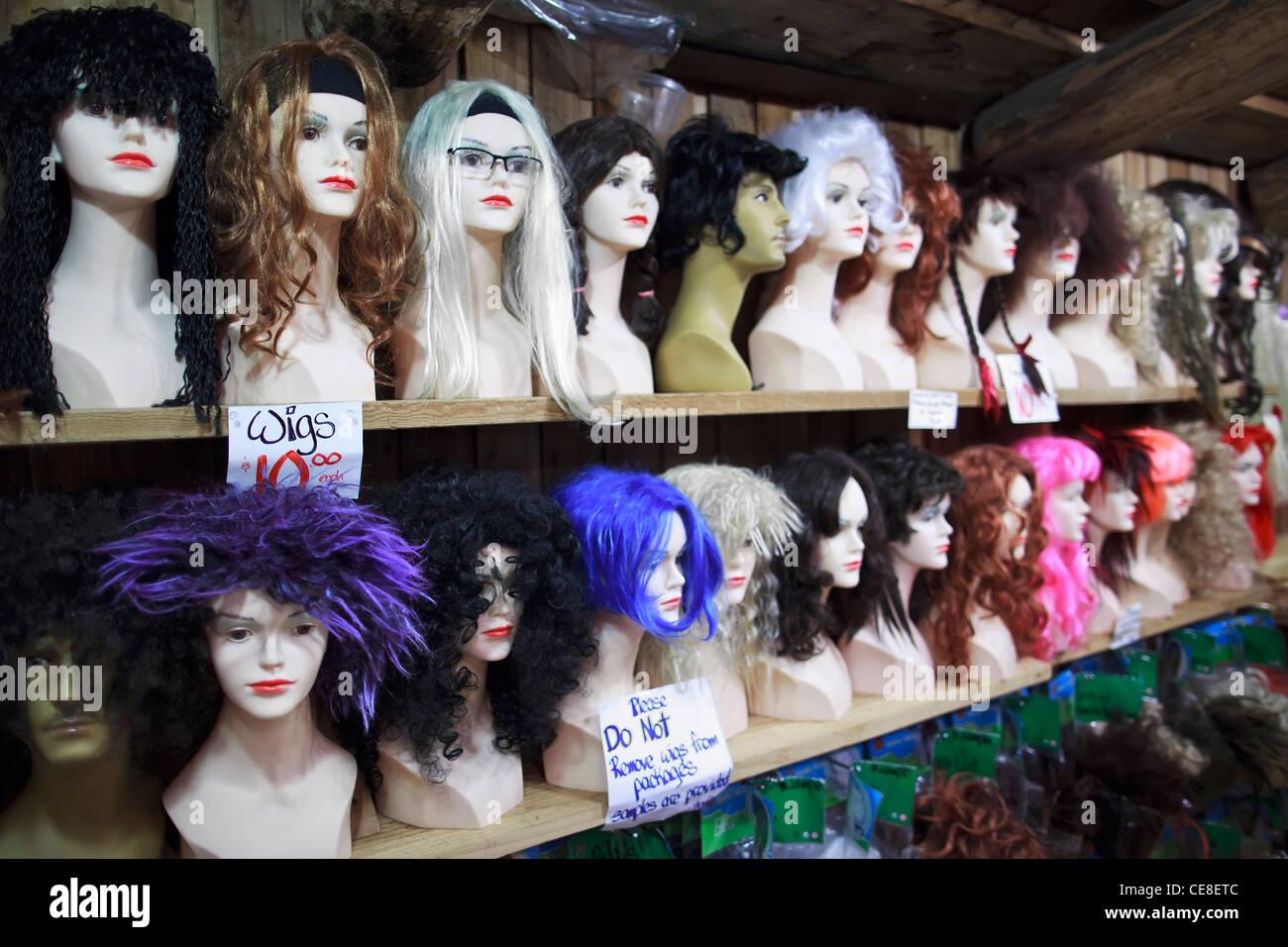 Perruques sur les têtes des mannequins. Photo Stock
