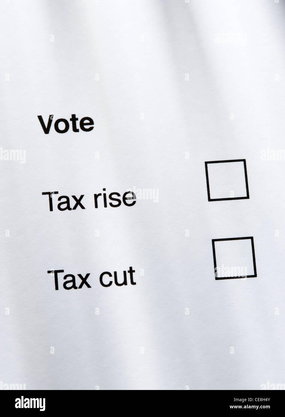 Hausse d'impôt ou réduction d'impôt concept. Photo Stock