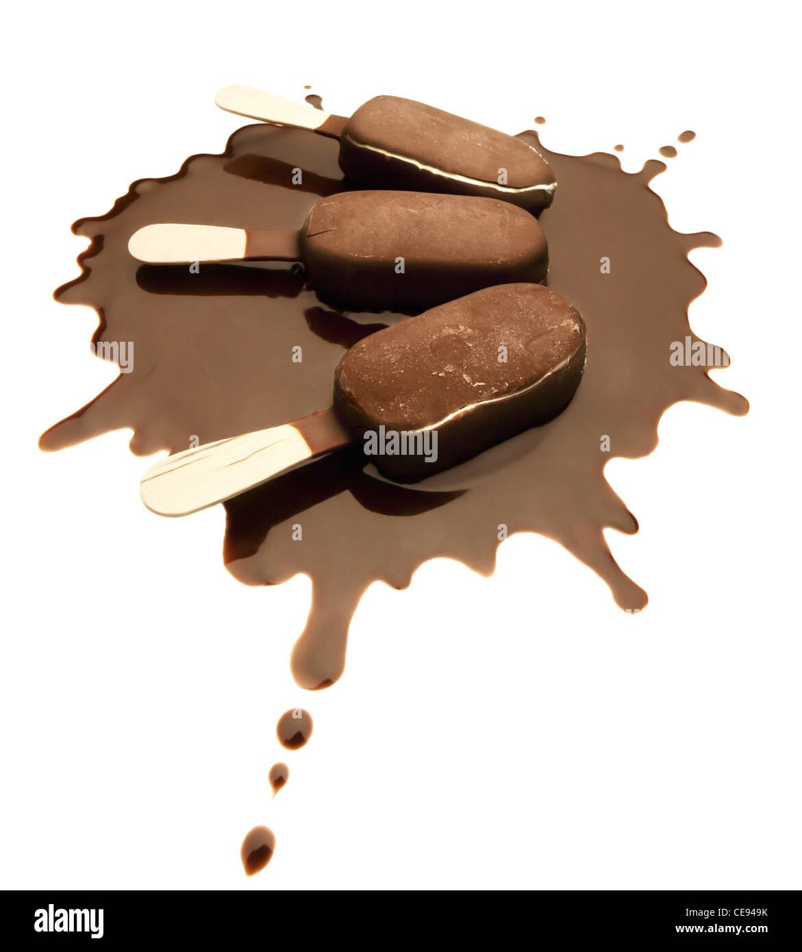 Les barres de chocolat sur la crème glacée au chocolat un Splash - Isolé Photo Stock