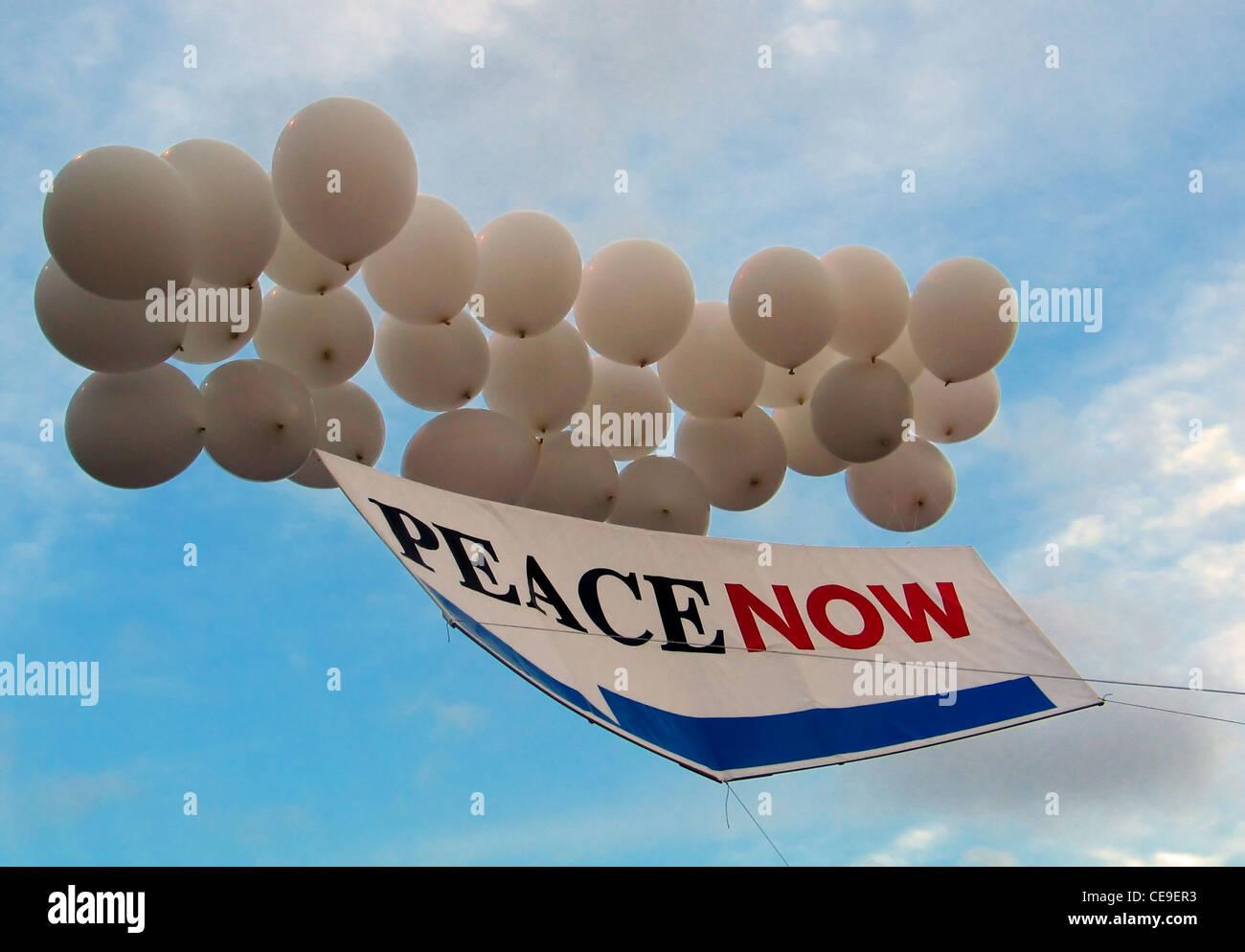 'La paix maintenant' aile gauche slogan politique lié aux ballons d'hélium dans l'air Photo Stock