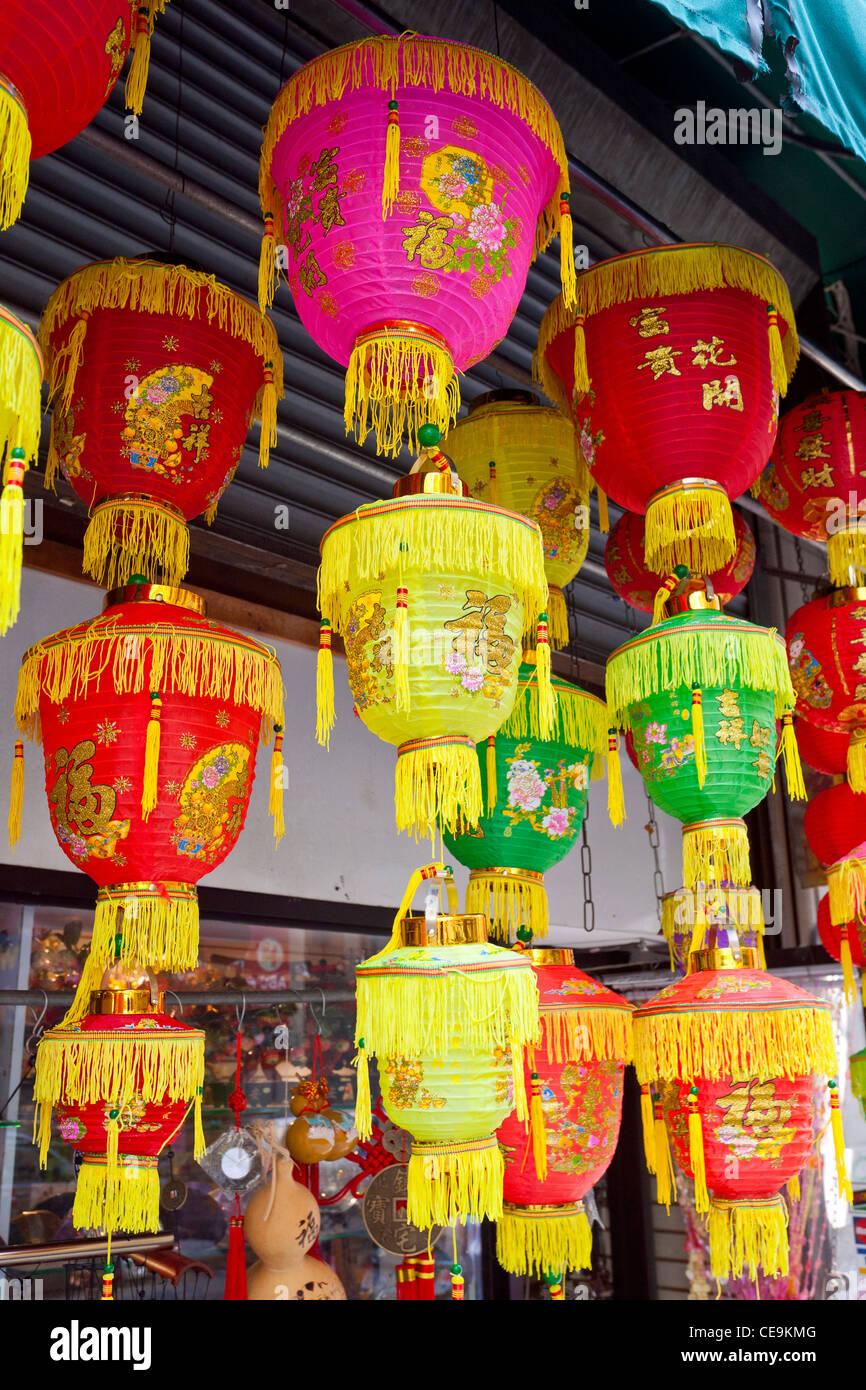 Lanternes chinoises en vente dans un magasin chinois dans le quartier chinois de Manhattan, à New York. Photo Stock