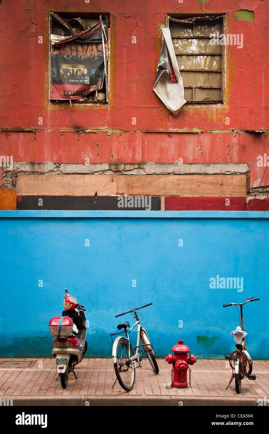 Les vélos garés dans une rue de la Concession française - Shanghai, Chine Photo Stock