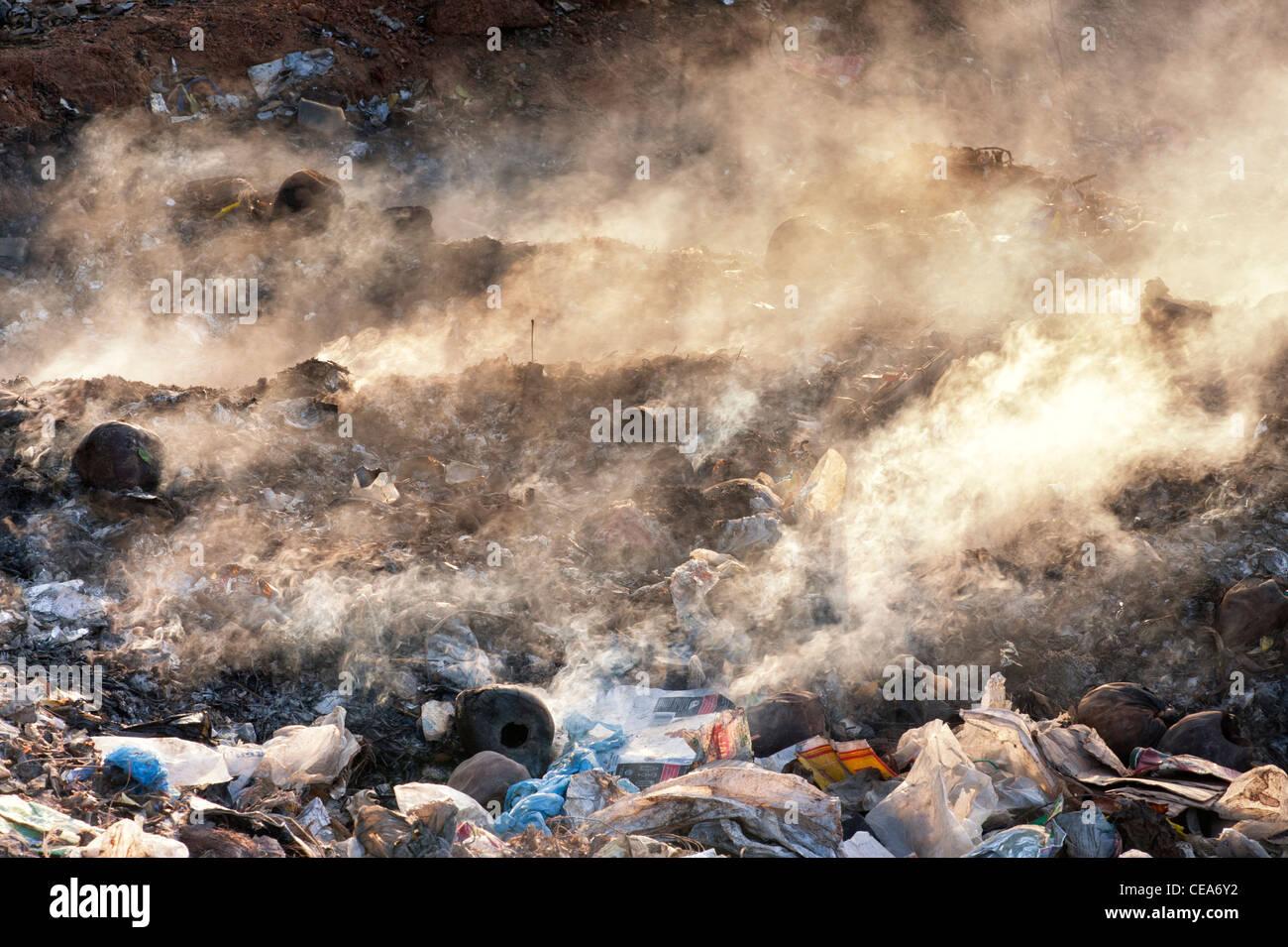 Les déchets ménagers sont brûlés sur la route en Inde Photo Stock