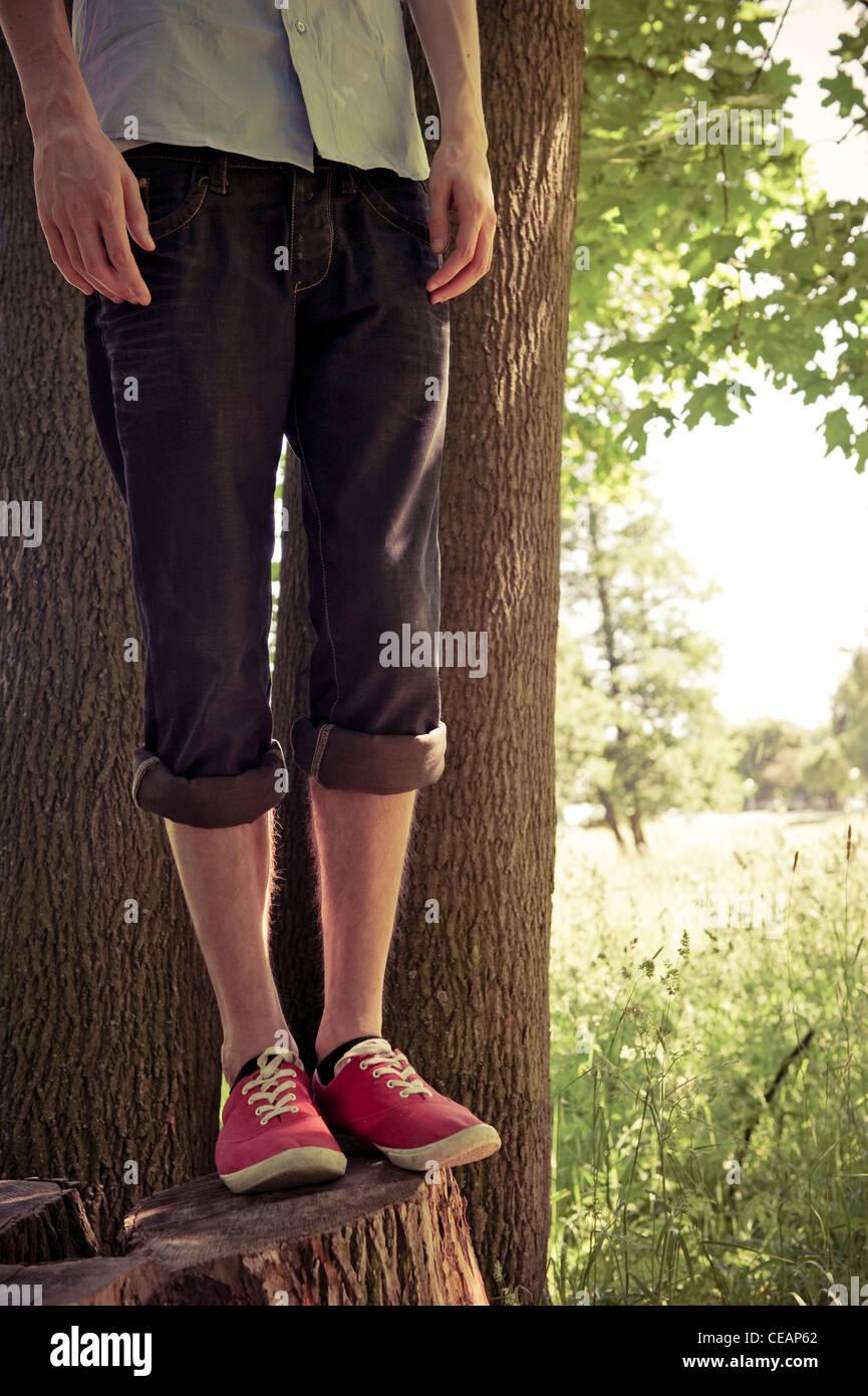 La section inférieure du jeune homme dans les bois Photo Stock