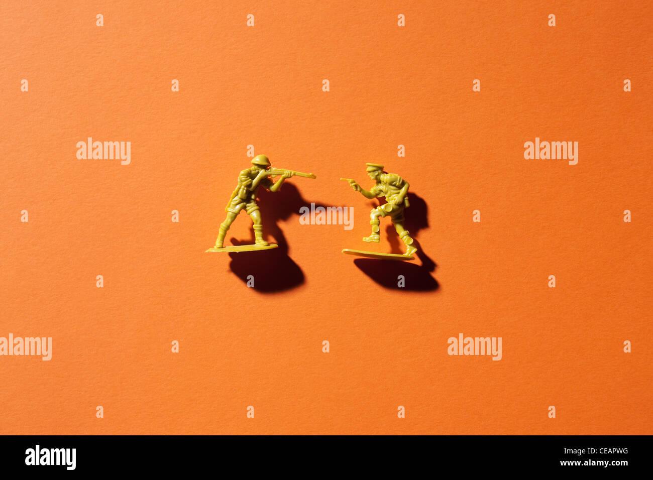 Deux petits soldats sur fond orange Banque D'Images