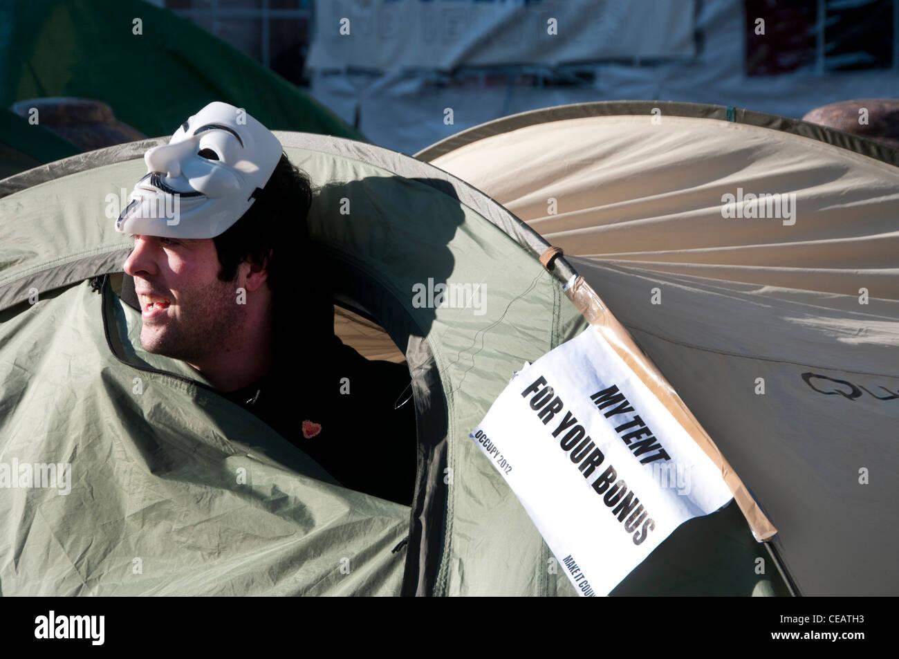 Tentes en face de la cathédrale St Paul - l'un a un avis disant ma tente pour votre bonus et manifestant Photo Stock