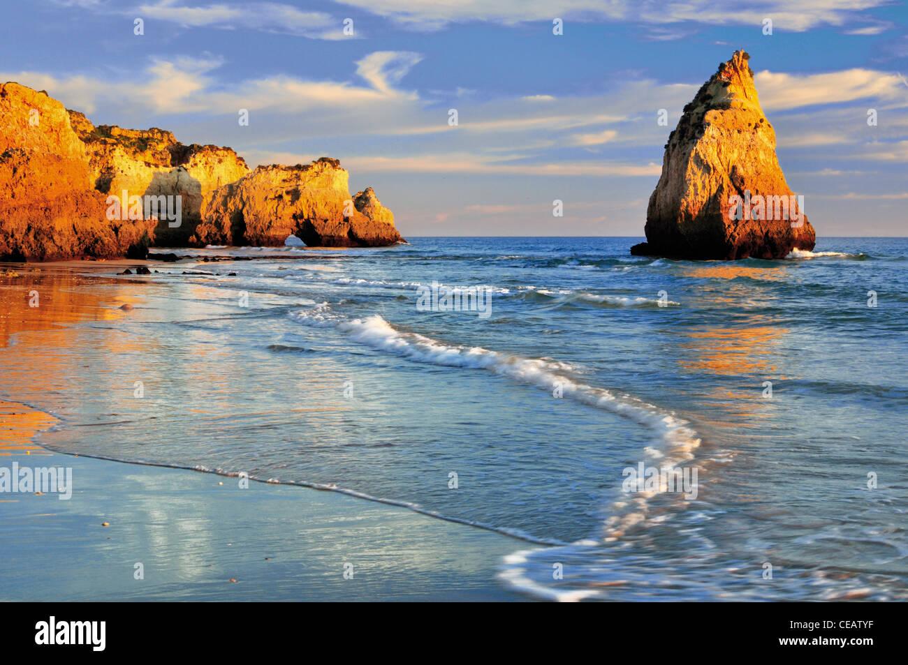 Le Portugal, l'Algarve: rock formations à la plage Prainha Photo Stock