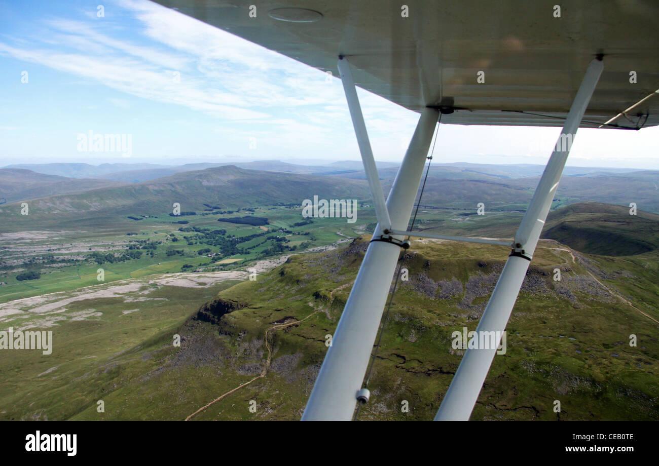 Image aérienne de la lumière sur l'aile et le paysage au-delà Photo Stock