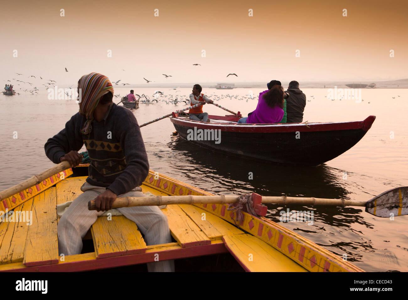 L'Inde, Uttar Pradesh, Varanasi, tôt le matin, les touristes appréciant l'aube excursion en bateau Photo Stock