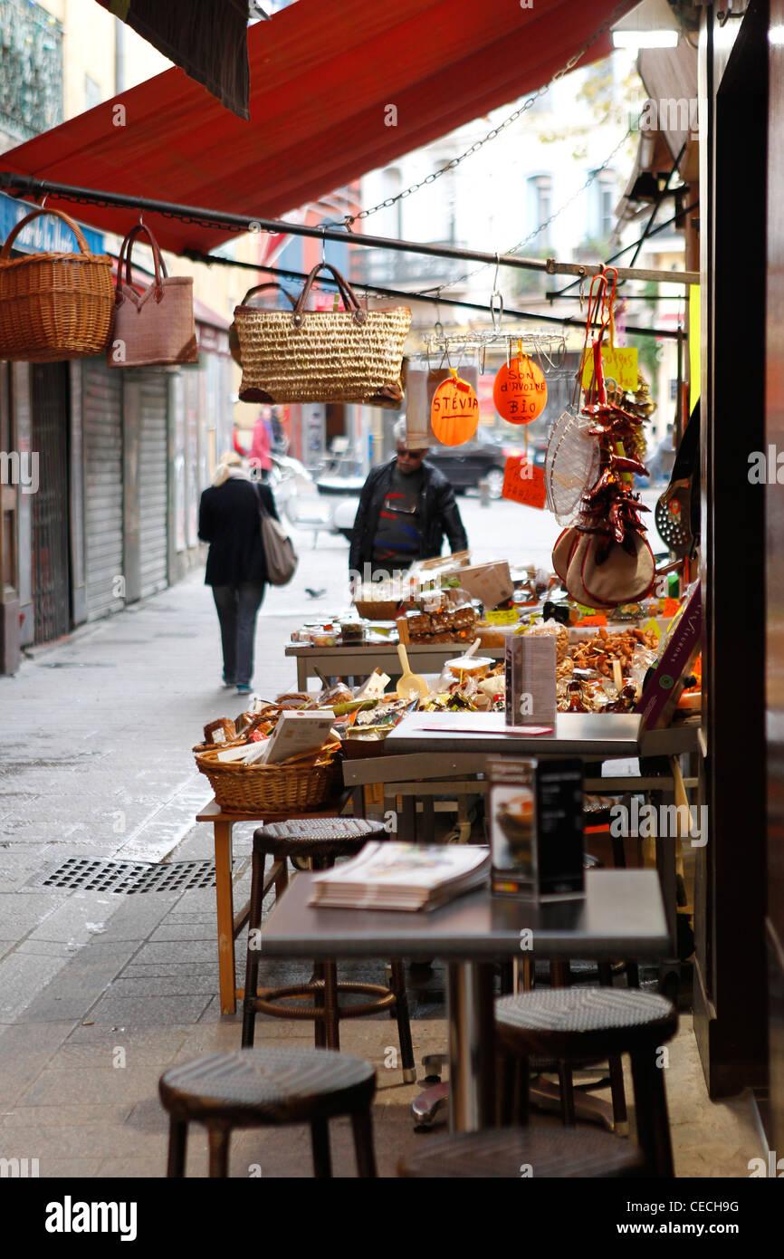 Shop afficher ses produits dans une rue de Perpignan, France Photo Stock