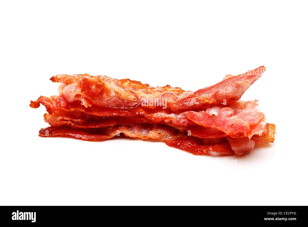 Pile de tranches de bacon sur fond blanc Photo Stock
