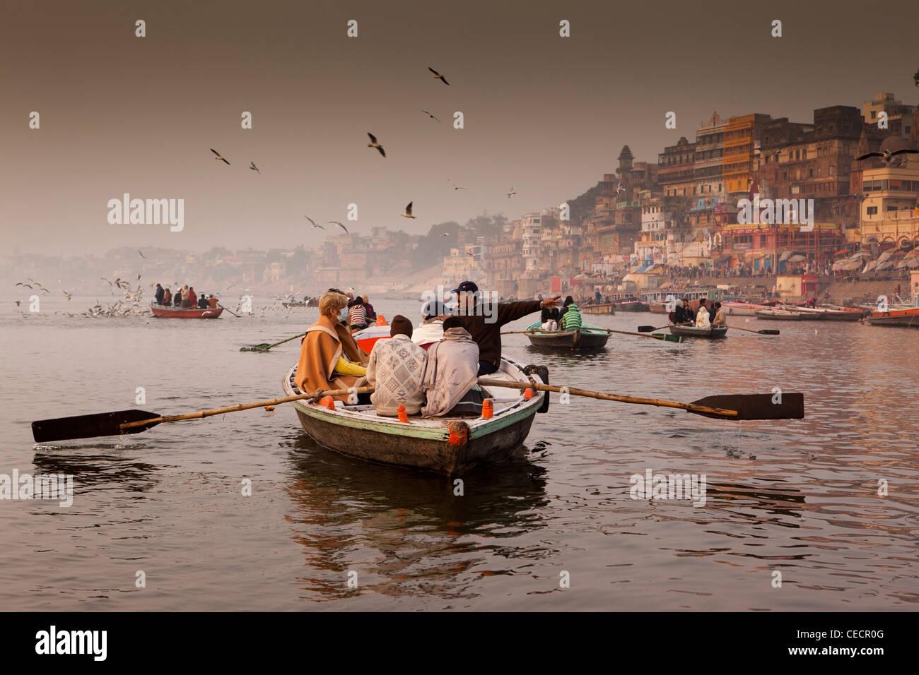 N2700 en Inde, Uttar Pradesh, Varanasi, les touristes appréciant l'aube rowing boat tour sur fleuve Ganges Photo Stock