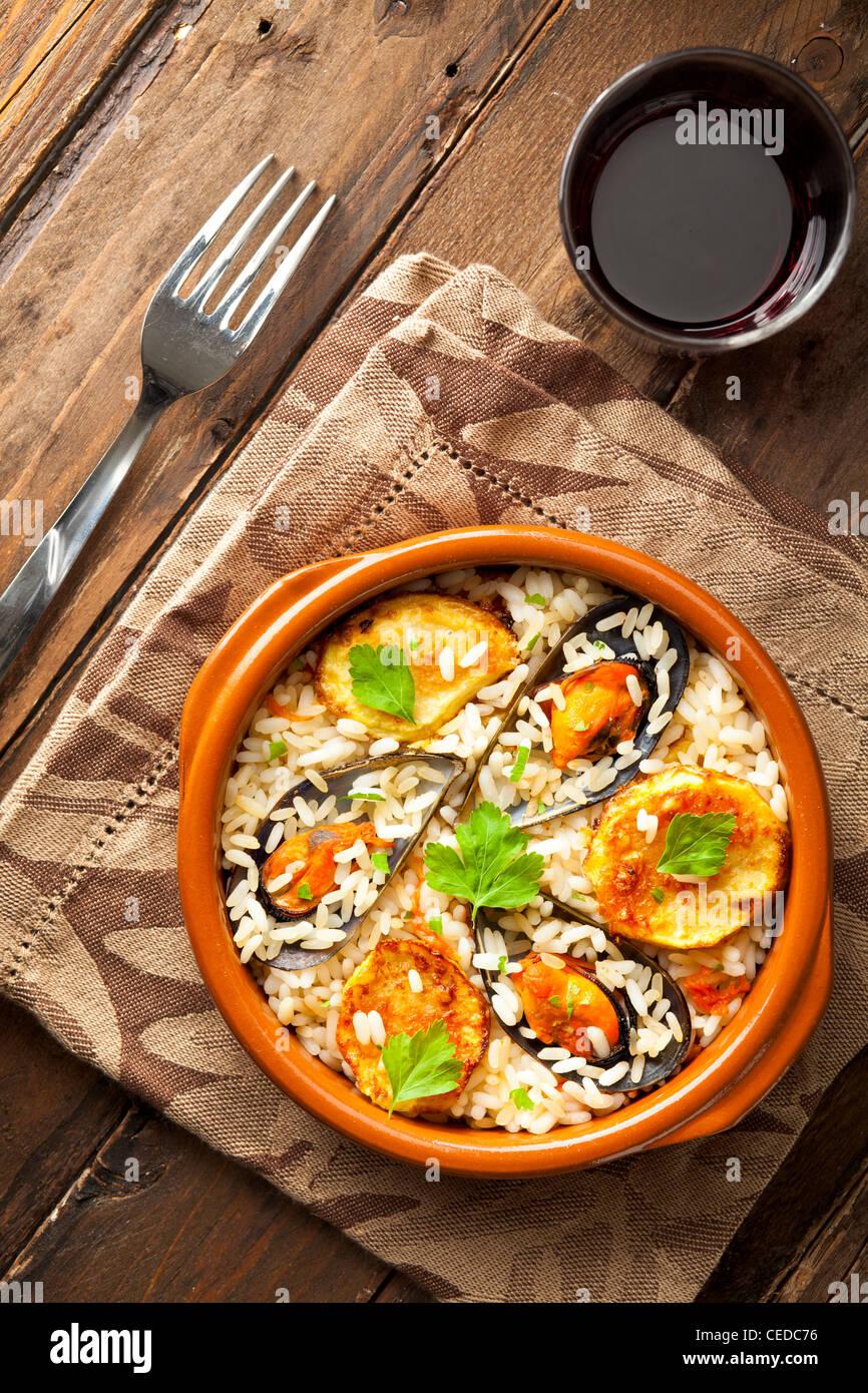 Riz avec des pommes de terre et les moules, un plat traditionnel de la région des Pouilles, Italie Photo Stock