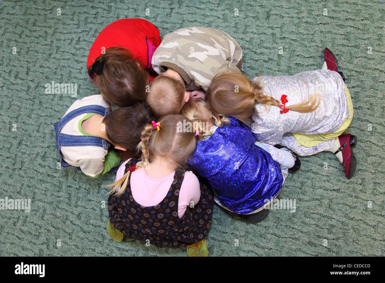 Enfants qui jouent, vue du dessus Banque D'Images