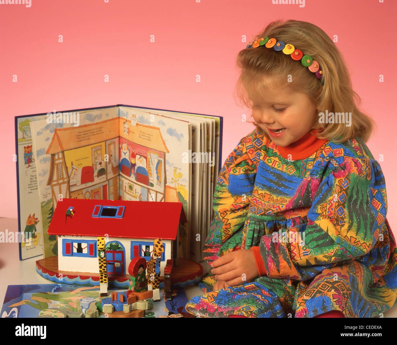Jeune fille jouant avec des jouets, Berkshire, Angleterre, Royaume-Uni Photo Stock