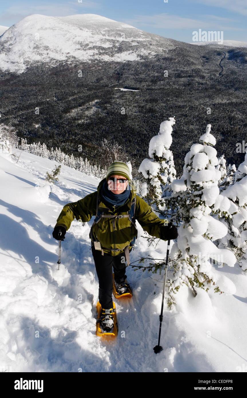 Une jeune femme en raquettes à neige dans les Chic Chocs, Parc de la Gaspésie, Québec Photo Stock