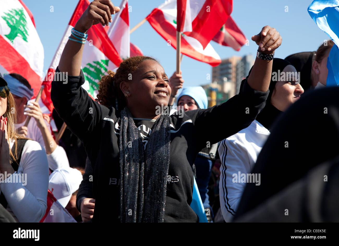 Jeune femme danse et sourit à rassemblement politique, impliquant jusqu'à 1 millions de personnes, Photo Stock