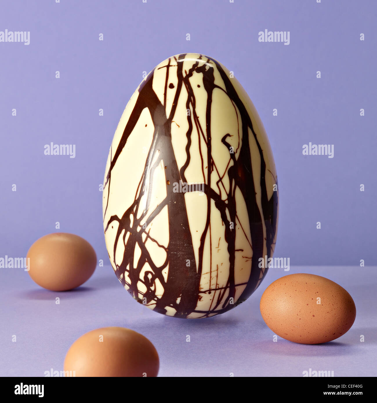 Le chocolat blanc et le chocolat au lait, œuf de Pâques Photo Stock