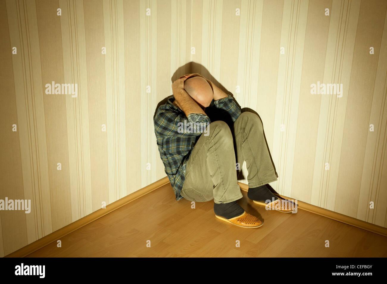 Homme seul dans l'angle mauvais sur la dépression Photo Stock