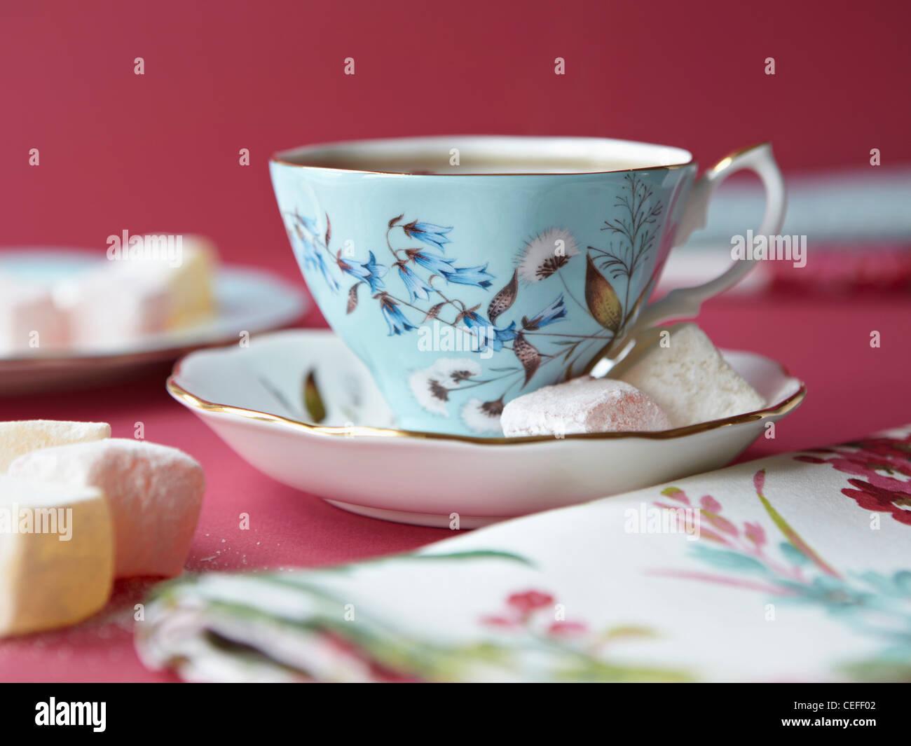 Les guimauves avec tasse de thé Photo Stock