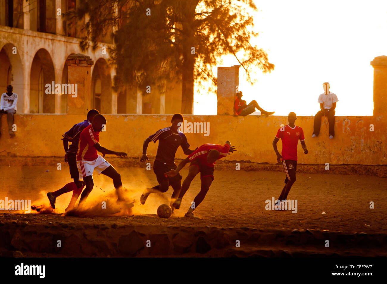Le football sur la place principale de l'île de Gorée, au Sénégal. Photo Stock