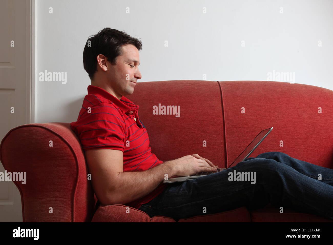 Profil d'un seul homme à l'aide d'un ordinateur portable. Photo Stock