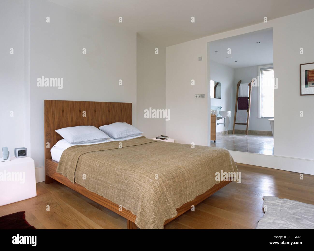 Lit Avec Oreillers Blanc Et Beige Lin Lourd Couvercle Lit Dans Chambre à  Coucher Moderne Blanc Avec Porte De Salle De Bains