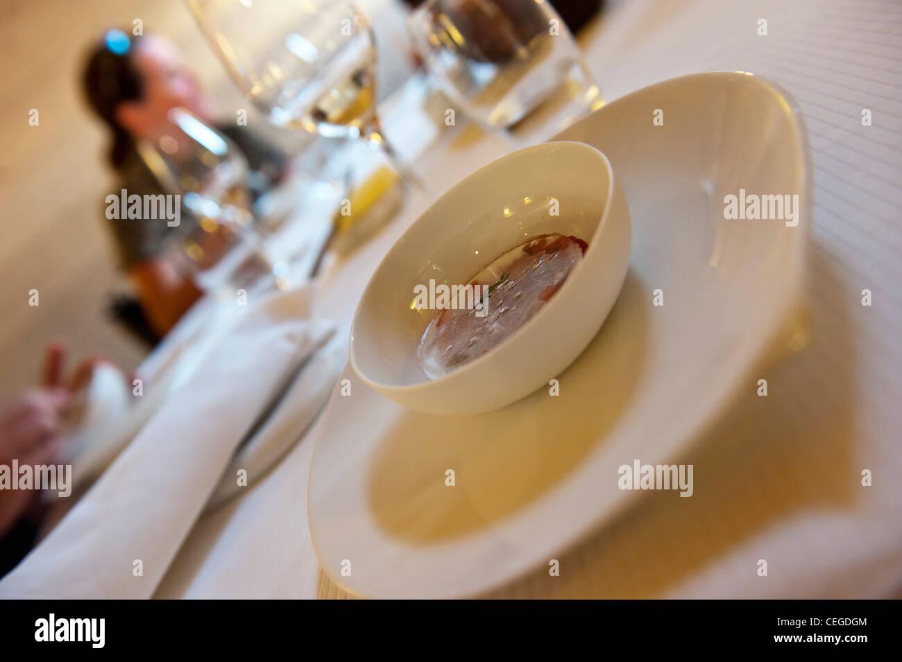 Noir de Crimée plat froid avec œillet d'herbes et d'anis, de Flocons de sel gourmet restaurant & Photo Stock