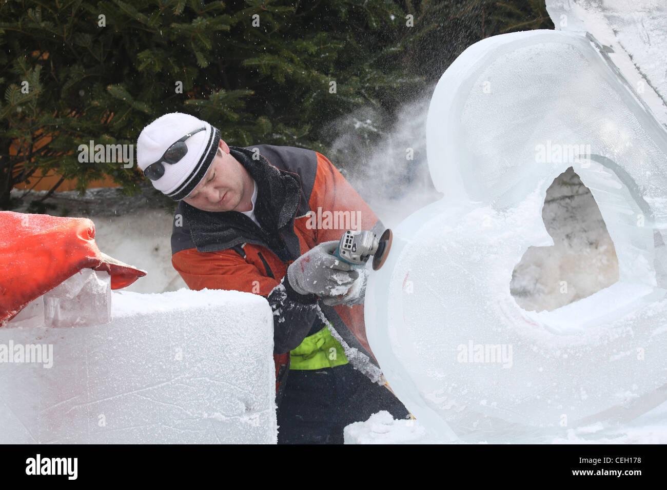 À l'aide d'une sculpture de glace main power sander Banque D'Images
